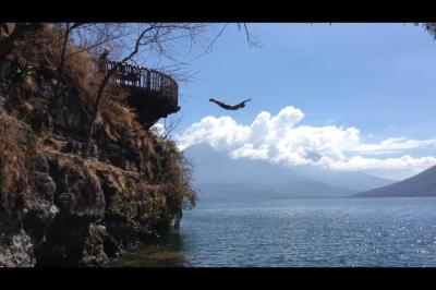 hen flyin into lago